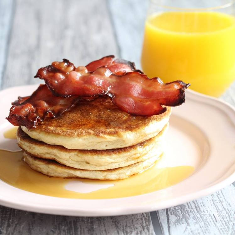 luchtige-pancakes-met-bacon-en-maple-syrup