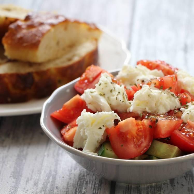 salade-van-tomaat-komkommer-mozzarella-en-balsamico-dressing
